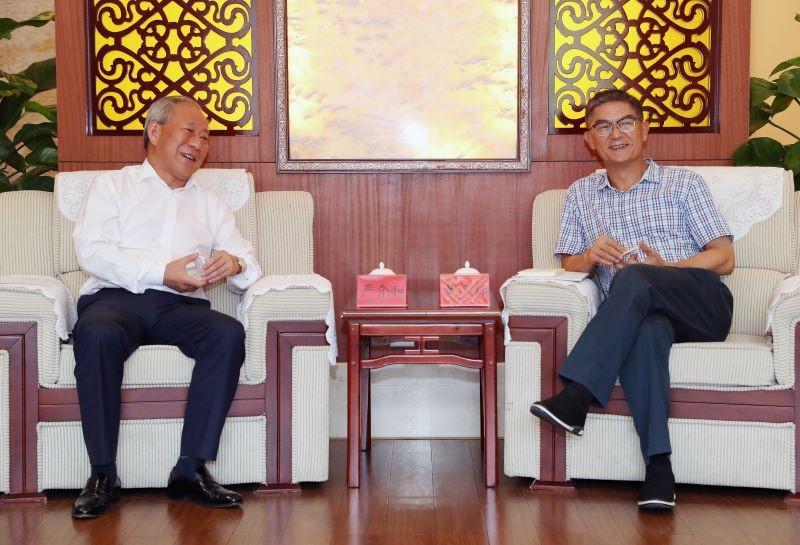0807严介和理事长与云浮市委书记黄汉标、市长王胜举行会谈1.jpg