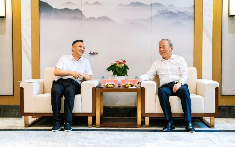 0824严介和理事长、严昕主席会见独山县委书记犹永凯一行1.jpg