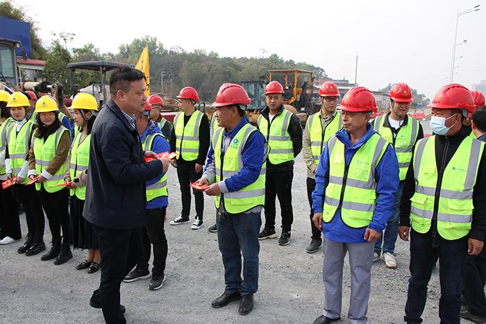 78866com网站系董事局副主席、监事会主席徐东升来到英德市杨万里大道项目慰问.jpg